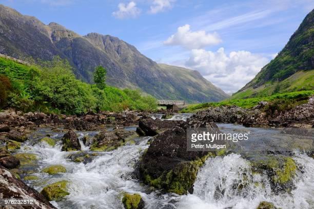river and mountain ridge line, glen coe, scotland, u.k. - グレンコー ストックフォトと画像