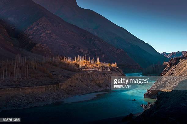 river at leh ladakh - paisajes de india fotografías e imágenes de stock
