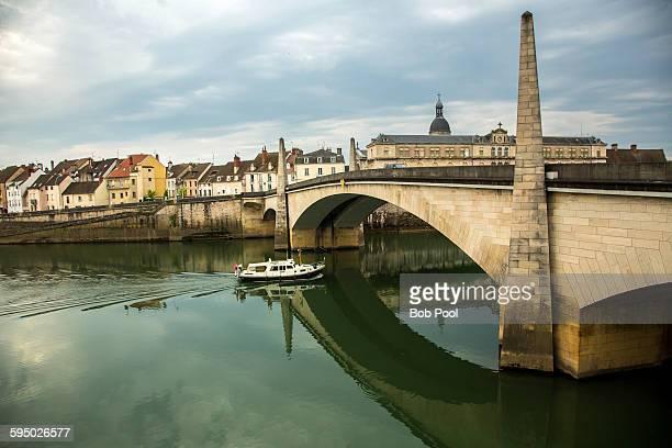 river boat, saone river bridge, burgundy, france - シャロンシュルソーヌ ストックフォトと画像