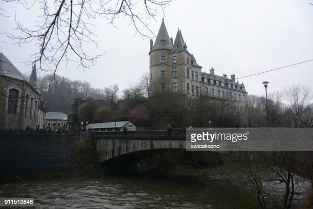 川、背景として城の橋 - リュクサンブール州 ストックフォトと画像