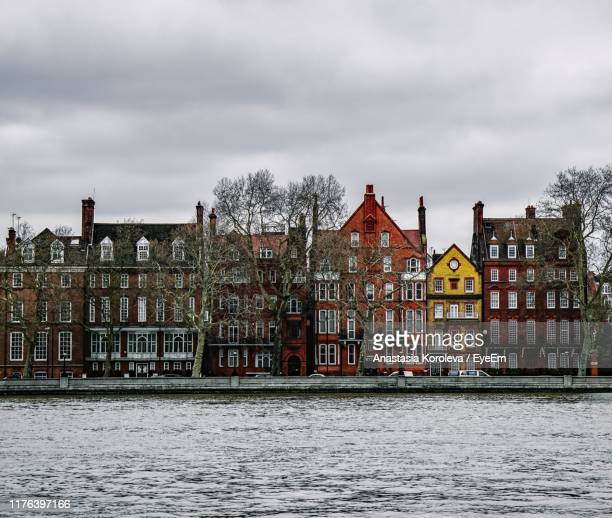 river by buildings against sky - bayswater stock pictures, royalty-free photos & images