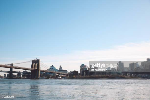 river by cityscape against sky - bortes foto e immagini stock