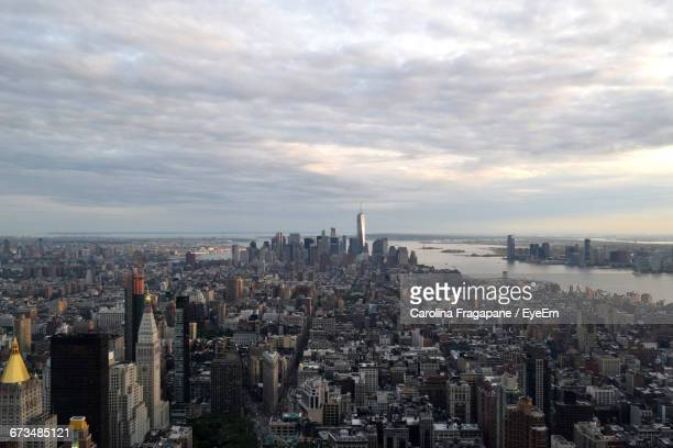 river by manhattan against cloudy sky - carolina fragapane stock pictures, royalty-free photos & images