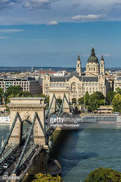 river danube, chain bridge (szechenyi lanchid), gresham palace (gresham palota), st. stephen's basilica and the town of pest - ponte das correntes ponte suspensa - fotografias e filmes do acervo