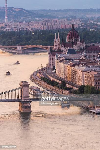 river danube, chain bridge, hungarian parliament - ungheria foto e immagini stock