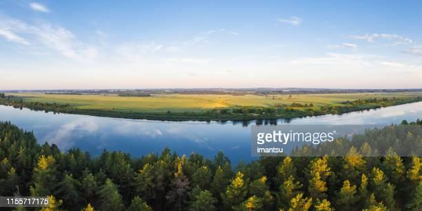 rio daugava perto da cidade de daugavpils, latvia - céu claro - fotografias e filmes do acervo