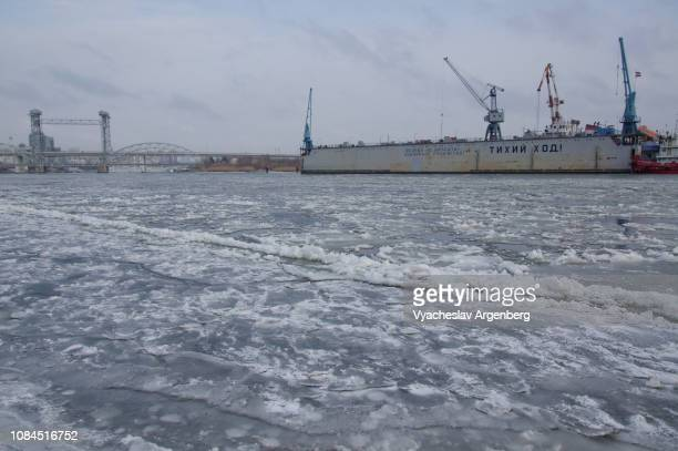 river don in cold russian winter, ice breaks on frozen water - argenberg stock pictures, royalty-free photos & images