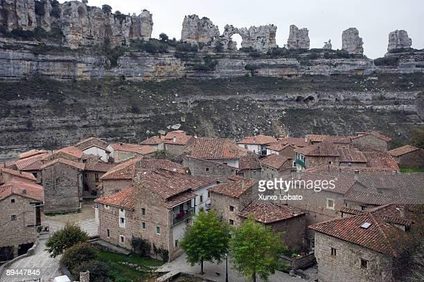 river ebro. cantabria. orbaneja del castillo, near the ebro canyon. - orbaneja del castillo photos et images de collection