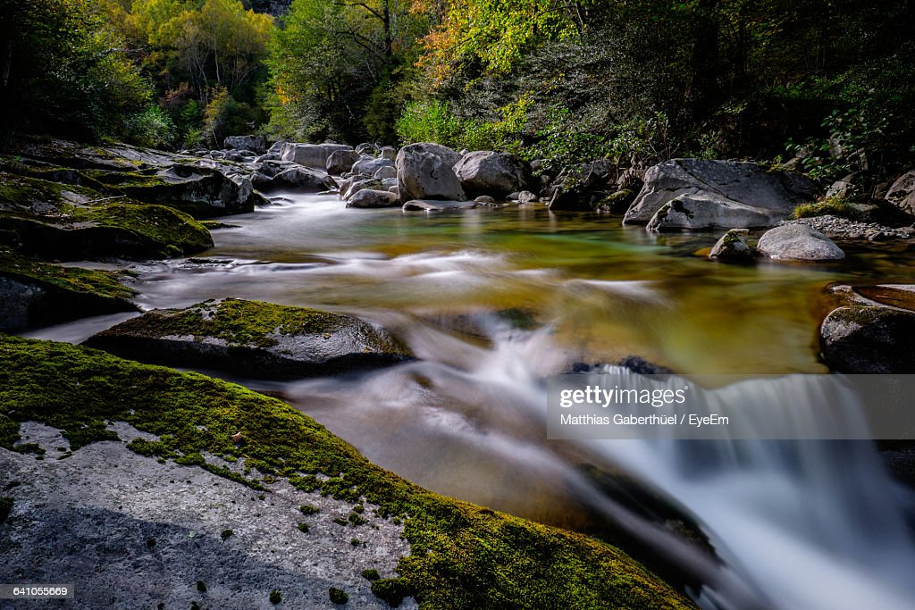 River Flowing Through Rocks In Forest : Stock-Foto