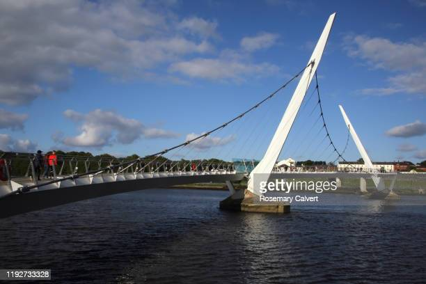 river foyle & peace bridge, derry (londonderry), n.ireland. - river foyle stock pictures, royalty-free photos & images