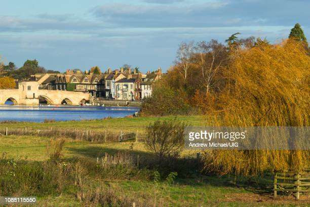 river great ouse with the medieval st leger chapel bridge at st ives, cambridgeshire, england, uk. - ケンブリッジシャー州 ストックフォトと画像