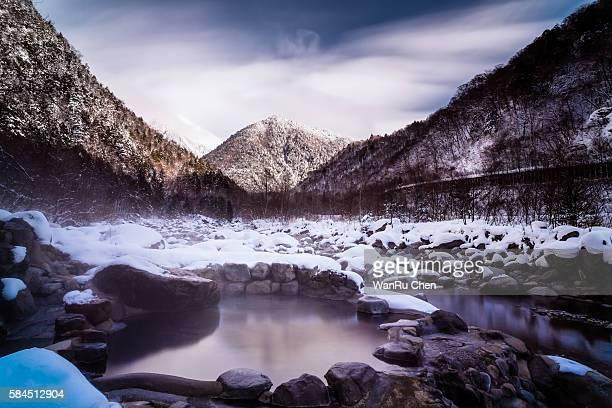 river hot spring - 宿屋 ストックフォトと画像