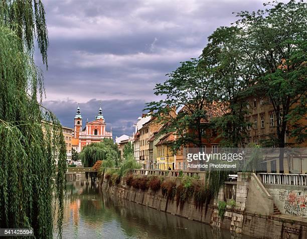 river in downtown ljubljana - リュブリャナ ストックフォトと画像