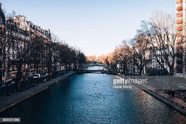 a river in paris - canale foto e immagini stock