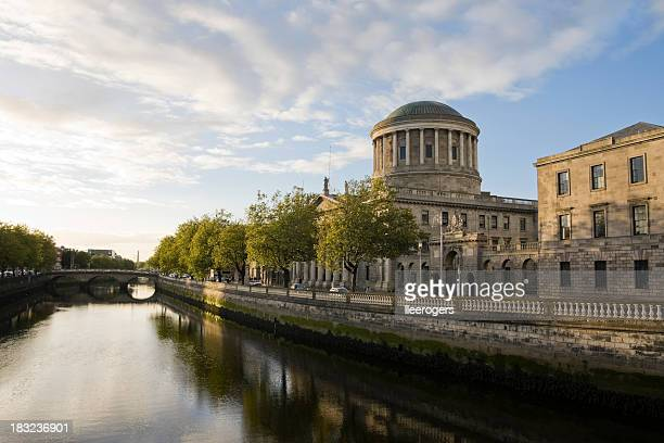 Río Liffey y de las cuatro canchas de Dublín