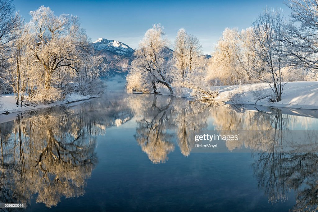 River Loisach entering Lake Kochel in Winter : Stock-Foto