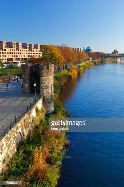 秋、オランダのマーストリヒトでマース川 - マーストリヒト ストックフォトと画像