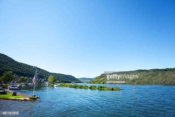 fluss mosel und yachting harbor in brodenbach - moselle stock-fotos und bilder