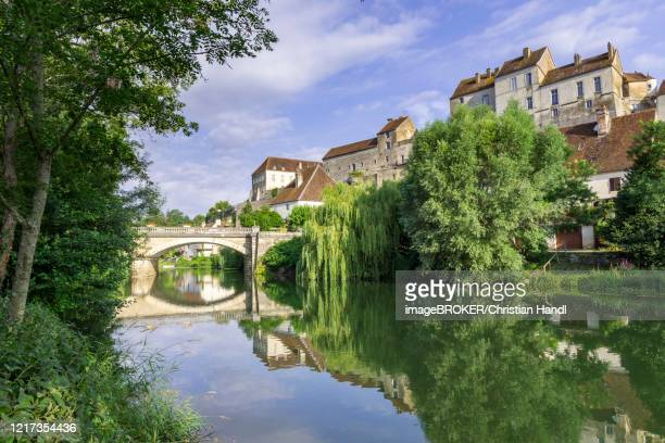 river ognon and view of the old town, pesmes, departement haute-saone, france - オートソーヌ ストックフォトと画像