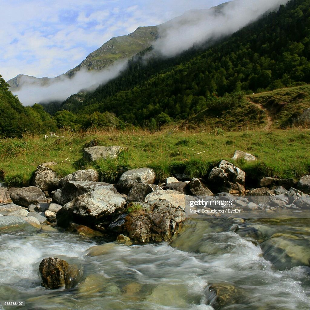 River Passing Through Mountain Range : Foto stock
