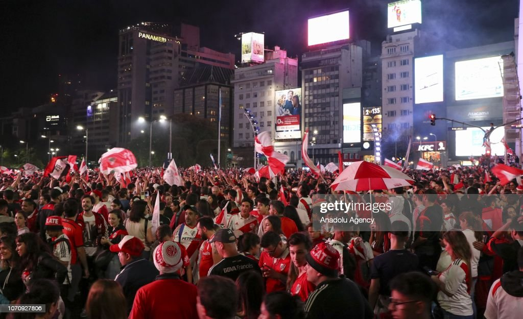River Plate fans celebrate their team's victory : News Photo