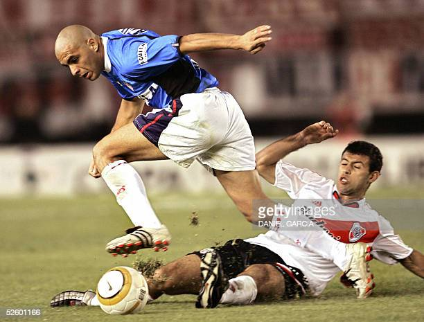 River Plate's Javier Mascherano and Junior's Omar Perez vie for the ball 07 April 2005 during their Libertadores Cup Group 5 soccer match held at the...