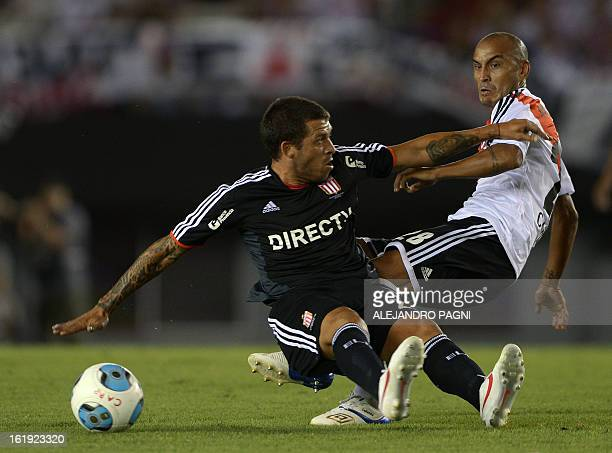 River Plate's midfielder Cristian Ledesma vies for the ball with Estudiantes' midfielder Leandro Benitez during their Argentine First Division...