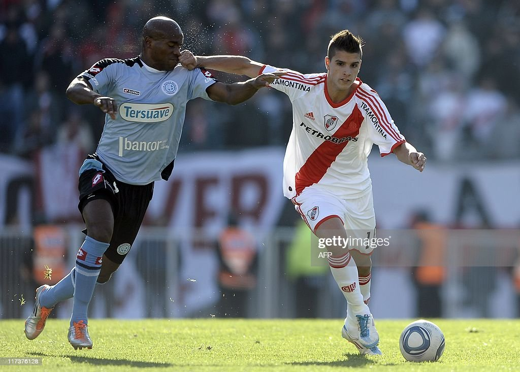 River Plate's midfielder Erik Lamela (R) : News Photo
