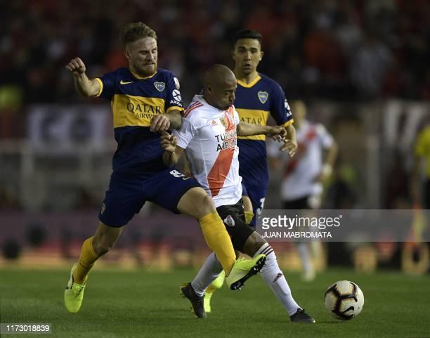 River Plate's Uruguayan Nicolas de la Cruz vies for the ball with Boca Juniors' Alexis MacAllister during their allArgentine Copa Libertadores...