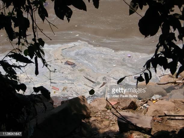 river polluted with plastic - poluição fotografías e imágenes de stock