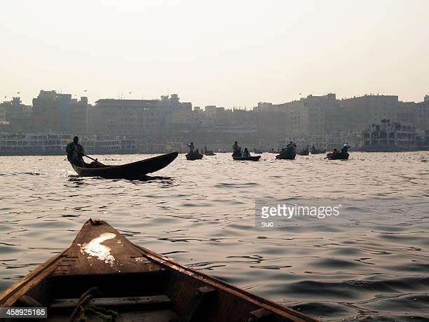 river verschmutzung in bangladesch - dhaka stock-fotos und bilder