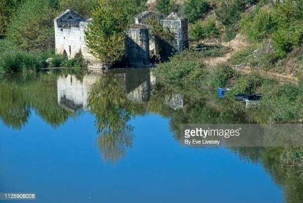 river reflections & abandoned watermill - mulino ad acqua foto e immagini stock