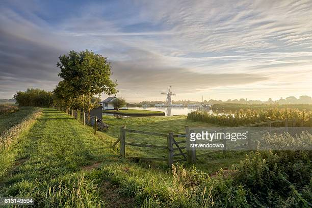 river scene along the norfolk broads national park at thurne - 英国ノーフォーク ストックフォトと画像
