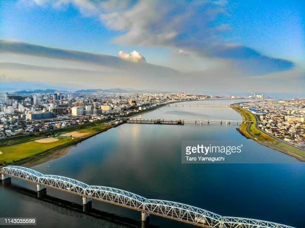 river surface with clouds - landelement stockfoto's en -beelden
