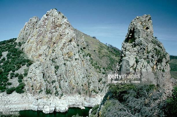 river tajo flows between jagged peaks, spain - alamany fotografías e imágenes de stock