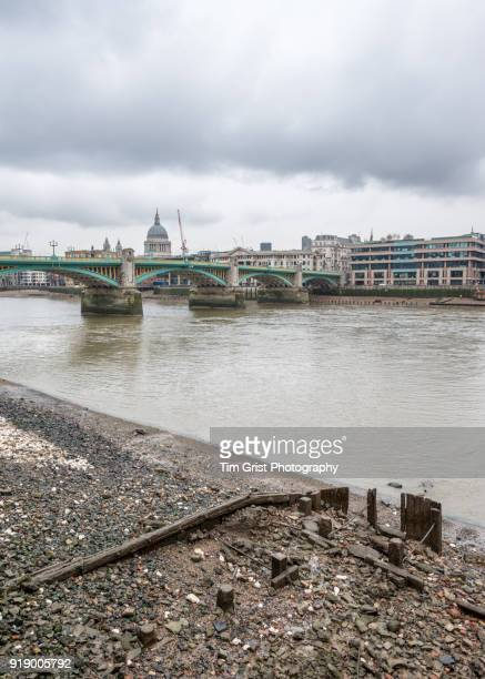 river thames, london - low tide stock pictures, royalty-free photos & images