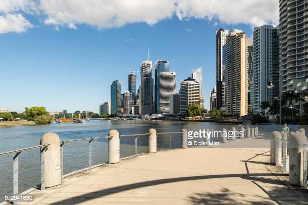 riverfront promenade in the brisbane business district in queensland, australia - didier marti stock-fotos und bilder