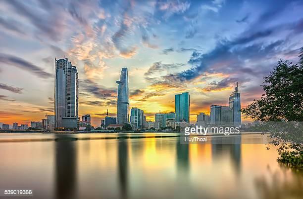 riverside city sunset clouds - ho chi minhstad stockfoto's en -beelden