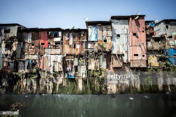 riverside mumbai slums - dharavi bildbanksfoton och bilder