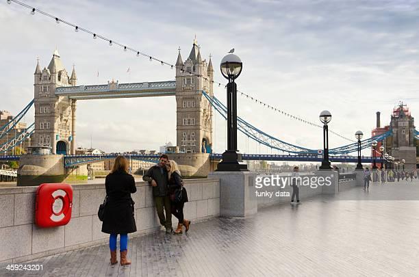 クイーンリバーウォーク・ロンドン - ロンドン サウスバンク ストックフォトと画像