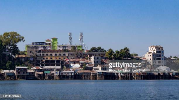 riverside slum in karnaphuli river; rangamati, bangladesh - チッタゴン ストックフォトと画像
