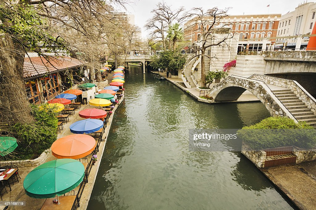 Riverwalk do centro da cidade e do distrito de compras turísticas de San Antonio, Texas : Foto de stock