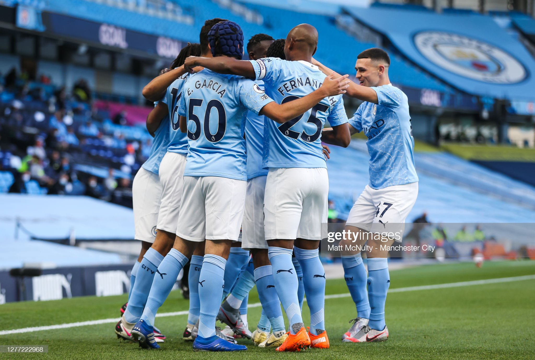 ¿Cuánto mide Eric Garcia? - Altura real: 1,79 - Real height Riyad-mahrez-of-manchester-city-celebrates-with-teammates-after-his-picture-id1277222968?s=2048x2048