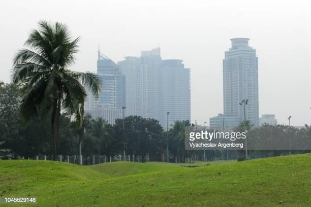 rizal park skyline, the best park skyline in metro manila, philippines - argenberg fotografías e imágenes de stock