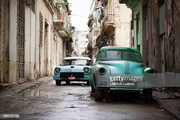 Rénovation automobile en pleine rue ! Cette photo a été prise dans des rues de la Havane pas très touristique, bien plus sympa car on était au coeur...