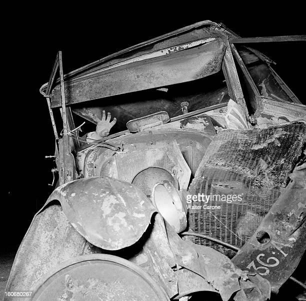 Road Accident During The Easter Weekend 1954 A la suite d'un accident de la route pendant le weekend de Pâques vue d'une carcasse de voiture avec une...