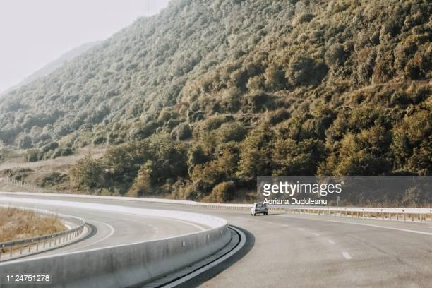 road against mountain - leitplanke stock-fotos und bilder