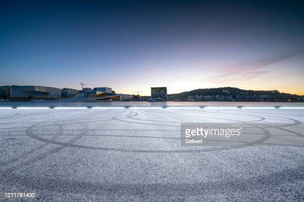 road against urban skyline - motor racing track stock pictures, royalty-free photos & images