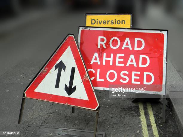 road ahead closed sign and two way traffic sign - road construction stock photos and pictures