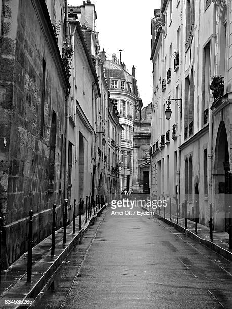 road amidst buildings in city - empty streets stock pictures, royalty-free photos & images